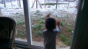 Coline devant fenêtre